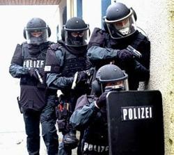 Un policía gana vacaciones por ponerse y sacarse el uniforme