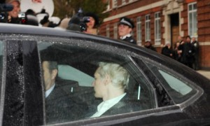 Julian Assange es extraditado a Suecia
