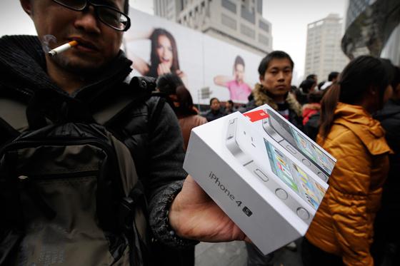 Usuarios chinos lanzan huevos contra la Apple Store