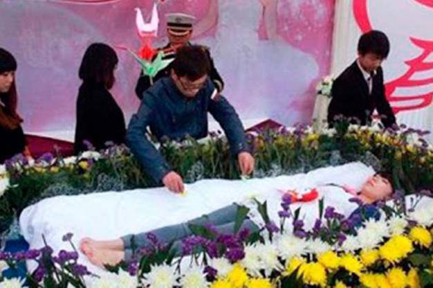 joven finge funeral para valorar vida