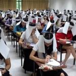 estudiantes usan sombreros papel universidad