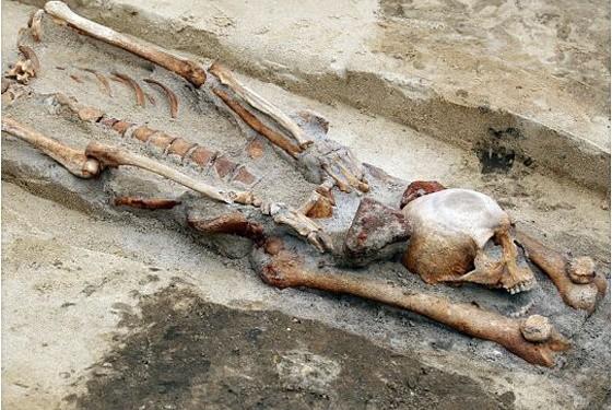 descubren cementerio vampiros polonia